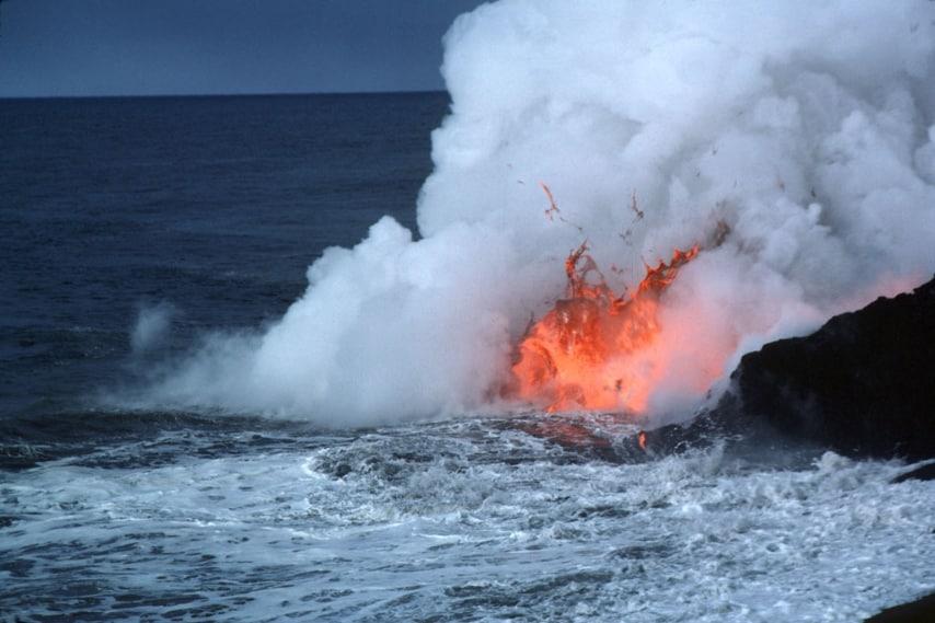 Sulla spiaggia si trova un vulcano in continua eruzione https://commons.wikimedia.org/wiki/File:Limu_o_Pele.jpg