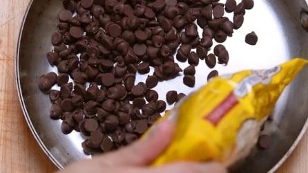 Mette piccoli pezzi di cioccolato in padella: l'idea gustosa a cui non avevi mai pensato