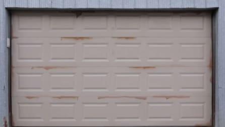 Il modo in cui trasforma la porta di questo garage vi lascerà di stucco