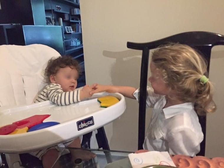 Francesco Facchinetti ha pubblicato un tenero scatto che ritrae il piccolo Leone mentre tiene per mano la sorellina Mia.