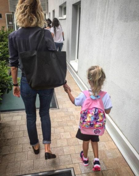 """""""Amore mio, questo tuo nuovo viaggio sarà incredibile e pieno di sorprese. Il papà, emozionato più del solito, ti vuole regalare una delle frasi più belle che abbia mai sentito """"Un bambino, un insegnante, un libro e una penna possono cambiare il mondo"""". Ricordatelo sempre e fai in modo che ogni secondo passato tra i banchi di scuola sia vissuto fino in fondo! Tuo Papà"""""""