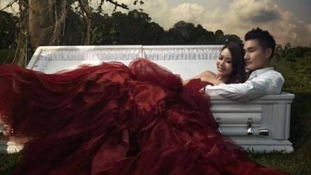 """Foto di nozze in una bara: """"La morte fa amare la vita ancora di più"""""""