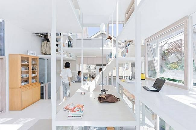 Questa casa è stata costruita nel 2012 per una famiglia in una zona residenziale di Tokyo. Lo studio di architettura giapponese Sou Fujimoto si è occupato della sua realizzazione, utilizzando solo vetro e metallo.
