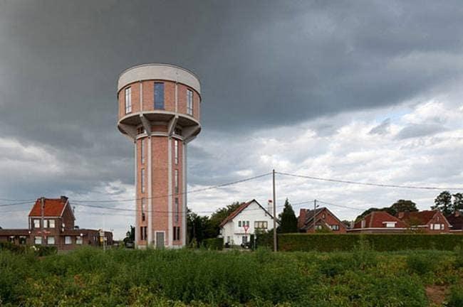 L'architetto Mauro Brigham trasformato una cisterna antica, costruita tra il 1938 e il 1941, in una casa confortevole per una famiglia belga. Dispone di garage per due auto, due camere da letto, un bagno, soggiorno e cucina. In cima la famiglia ha anche una vista panoramica di tutta la città.