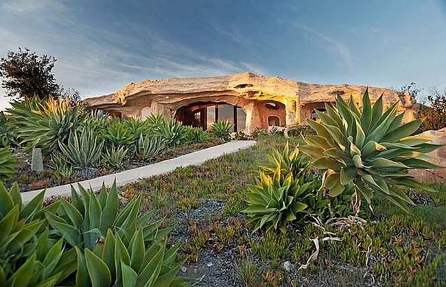 Una coppia americana, fan dei Flintstones ha deciso di costruire una casa molto diversa dalle altre. Con tutti i mobili in pietra, la costruzione della casa è costato 3,5 milioni di dollari ed è stata successivamente venduta al conduttore televisivo Dick Clark.