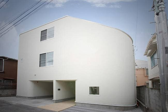 Un gruppo di architetti giapponesi progettato questa casa a tre piani per una famiglia, con l'aggiunta di uno scivolo gigante che collega tutti e tre i piani e naturalmente una scala a pioli. L'idea sembra divertente per i bimbi!