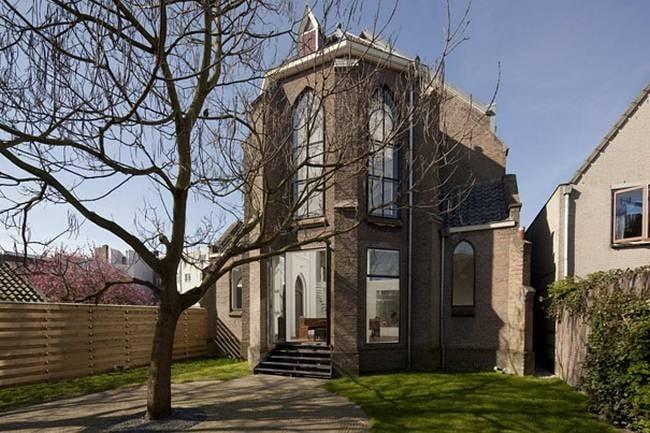 Una coppia ha acquistato la chiese del 1928. Dopo una lunga e accurata ristrutturazione l'hanno trasformata in una moderna casa che si integra alla perfezione con la vecchia struttura.