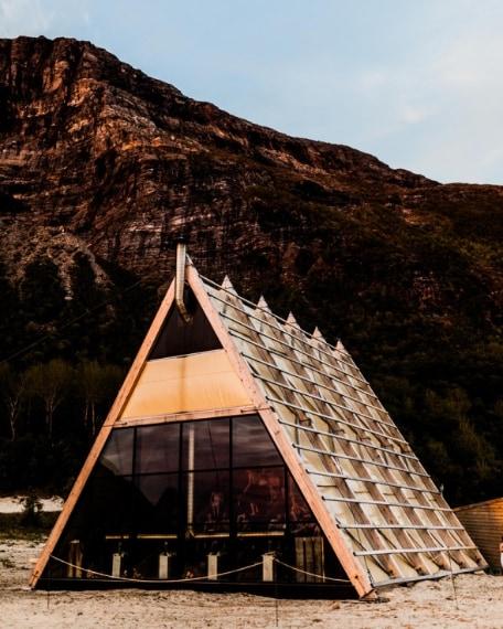 All'interno vi è infatti un auditorium per performance artistiche e musicali, e una serie di piccole capanne che i visitatori possono affittare per trascorrere la nottata in riva al mare.