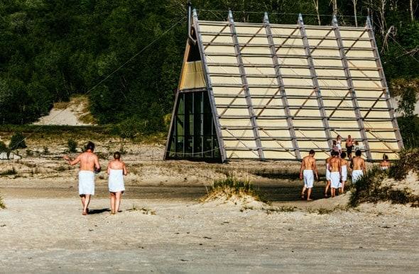 La struttura in vetro si ispira alle classiche fiskehjeller, ossia le tipiche costruzioni norvegesi per essiccare il pesce.