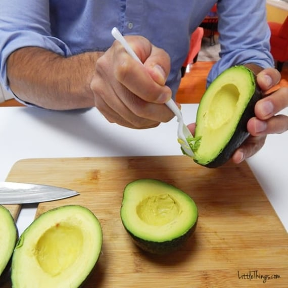 Per prima cosa svuota l'avocado
