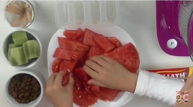 Tagliano l'anguria e pezzetti
