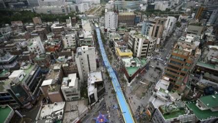 Si estende per 350 metri: scivolo lunghissimo attraversa il centro della città