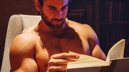 """""""Hot Dude Reading"""": uomini sexy con un libro tra le mani spopolano su Instagram"""