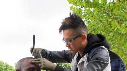 """Parigi, il barbiere gratis dei senzatetto: """"Fate come me"""""""
