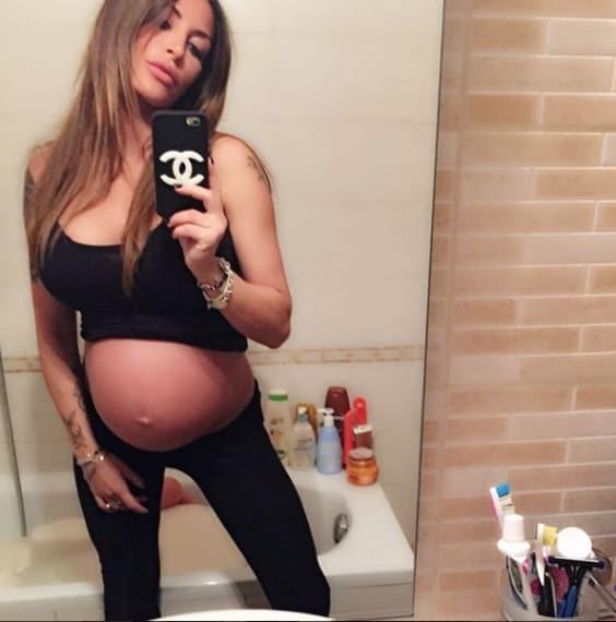 Manca davvero pochissimo al parto di Guendalina Tavassi, che su instagram mostra il suo enorme pancione.