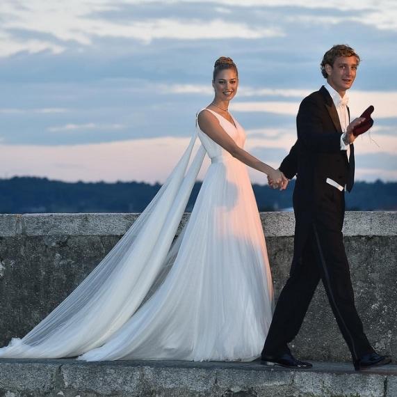 La sposa sceglie un abito Armani Privè per il party successivo al matrimonio religioso