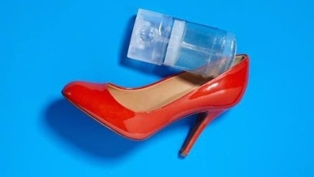 Strofina il deodorante all'interno della scarpa e il motivo vi sorprenderà
