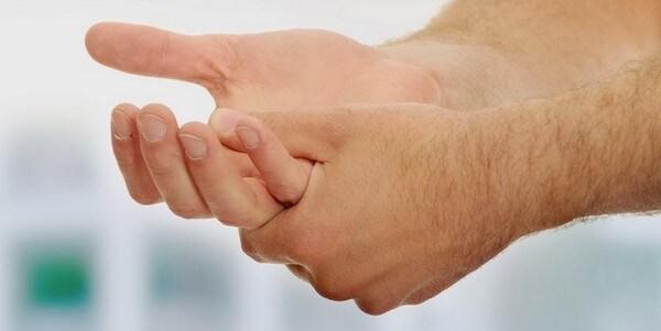 Per chi soffre si questo fastidioso problema, mettete un po' di deodorante sulle vostre mani all'inizio delle giornata.