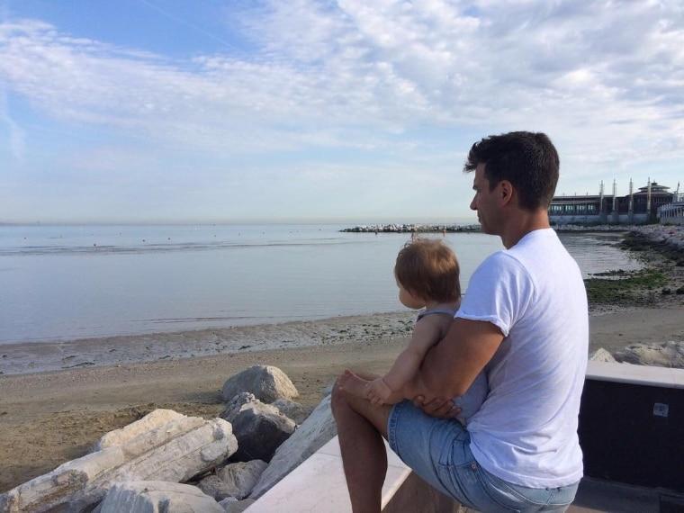 Il 12 gennaio, Kledi Kadiu è diventato padre. Il ballerino, dunque, si sta godendo la prima estate in compagnia della piccola Léa. Eccolo sulla spiaggia di Rimini, mentre tiene la sua bimba tra le braccia.