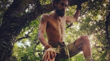 Si lascia tutto alle spalle e va a vivere nella foresta
