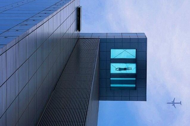 La piscina dell'Holiday Inn a Shanghai è sospesa da terra, al 24° piano dell'edificio, e promette nuotate da vertigini.