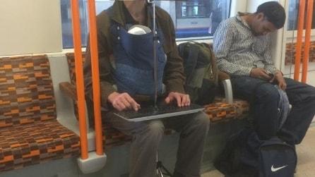 Sale sulla metro e quello che vede la lascia senza parole