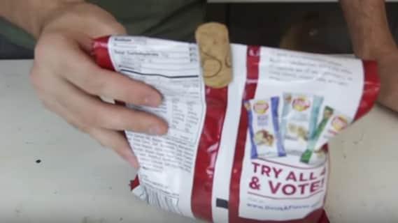 Ed ecco che diventa una pratica chiusura per le buste di patatine.