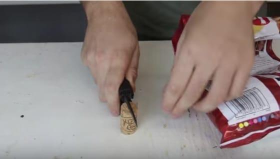 Crea una fessura nel tappo di sughero