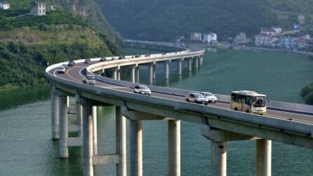In Cina i fiumi si attraversano in auto