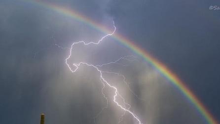 Immortalare arcobaleno e fulmine nella stessa foto: ecco come puoi riuscirci anche tu