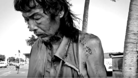 Fotografa un senzatetto per strada poi fa una scoperta scioccante