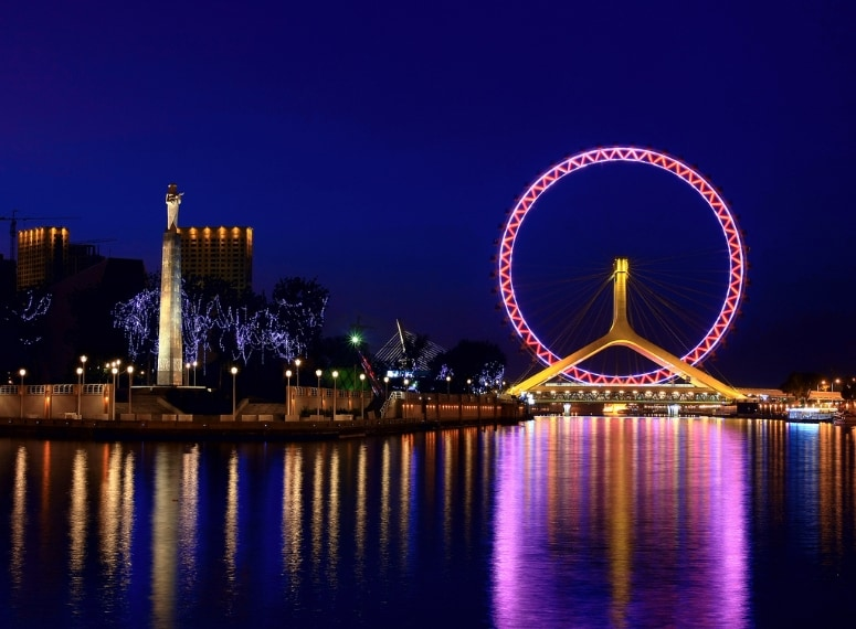 https://en.wikipedia.org/wiki/Tianjin_Eye#/media/File:%E7%82%AB%E5%BD%A9%E6%B4%A5%E9%97%A811Tianjin_Eye_and_Haihe_River.jpg