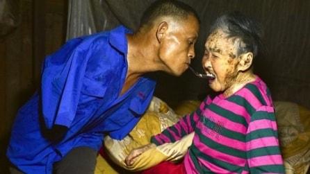 Accudisce la madre anziana senza avere le braccia, il figlio che ha commosso la Cina