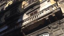 Napoli, si sgretola parte di un balcone a via Depretis