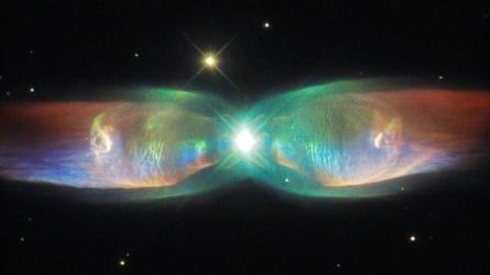La nebulosa dalle ali di farfalla: la straordinaria immagine del telescopio Hubble