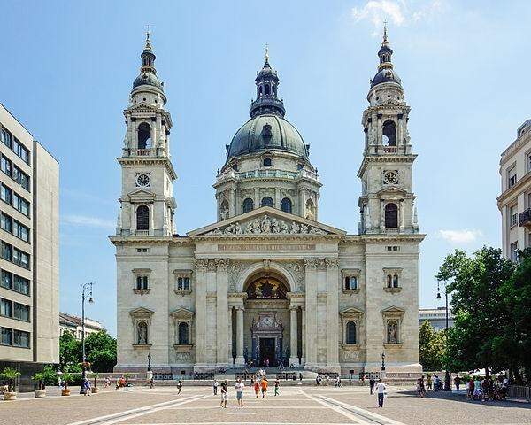 https://it.wikipedia.org/wiki/Basilica_di_Santo_Stefano_(Budapest)#/media/File:Budapest,_St._Stephen%27s_Basilica_C16.jpg