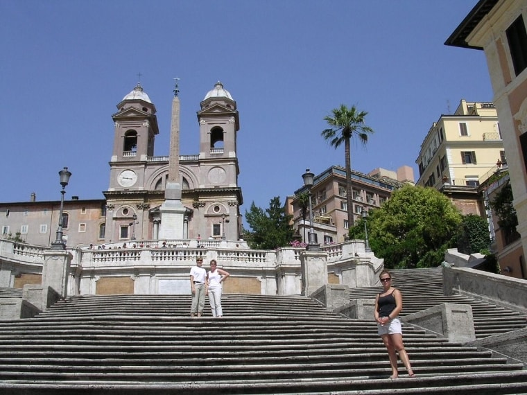 https://it.wikipedia.org/wiki/Piazza_di_Spagna#/media/File:Roma-scalinat%C3%A0_trinit%C3%A0_dei_monti.jpg
