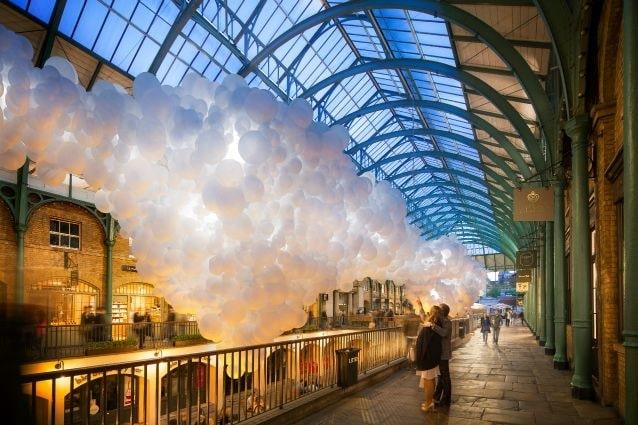 Per un mese i visitatori di Covent Garden saranno accolti dall'ultima installazione culturale di Charles Pétillon: Heartbeat, una collezione di 100.000 palloncini bianchi che ha invaso lo spazio del Market.
