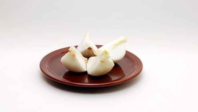 Per ridurre il cattivo odore di pittura, basta poggiare un piatto con una cipolla all'interno della stanza verniciata