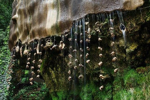 A Knaresborough, nel North Yorkshire, vicino al Fiume Nidd, in Inghilterra, sorge un pozzo che presenta la particolare caratteristica di pietrificare gli oggetti. Dal 1630 questo pozzo è stato aperto al pubblico e da allora si è affermato come una delle attrazioni turistiche più visitate dell'Inghilterra.