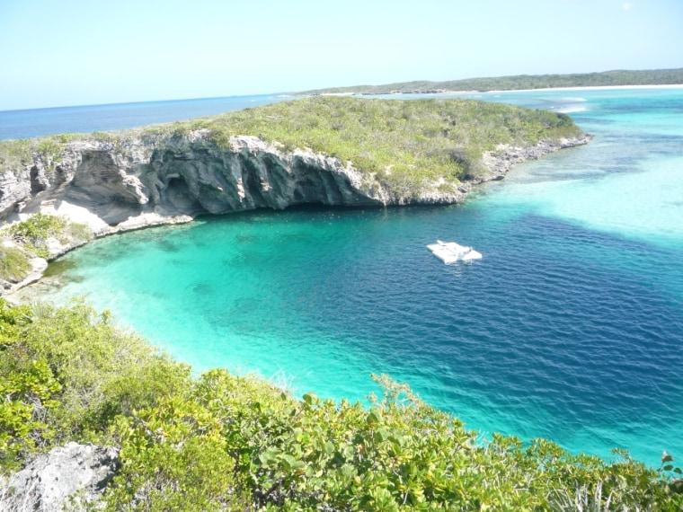 Il Dean Blue Hole, vicino Clarence Town a Long Island (Bahamas) è il più profondo sulla Terra. Il Dean tocca i 200 metri.