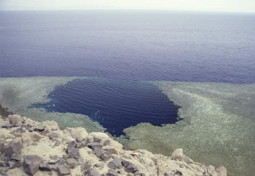 Misura 130 metri, è infatti considerato il secondo blue hole più profondo del mondo.