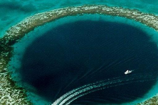 Considerato patrimonio dell'Unesco, ha un diametro di 300 metri e 124 di profondità