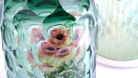 Inserisce un fiore all'interno del vaso e l'effetto che crea è fantastico