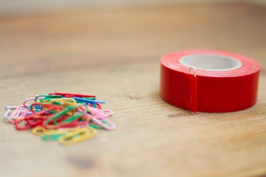 Basta tenere una graffetta incollata all' estremità del rotolo di nastro adesivo per non perdere il segno (wikihow.com ).
