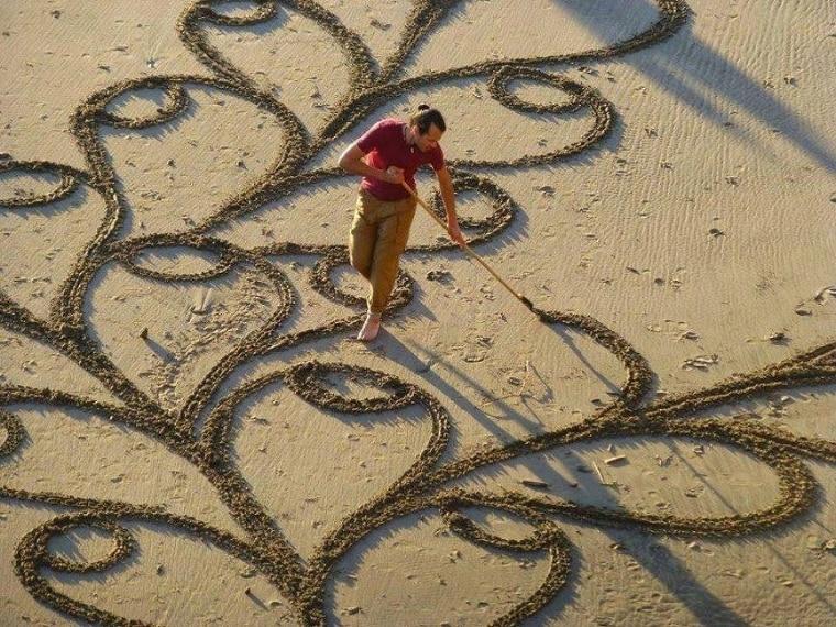 Realizza le sue opere sulle spiagge di San Francisco in California.