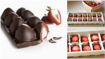 Mette le fragole nel vassoio del ghiaccio: la ricetta super golosa
