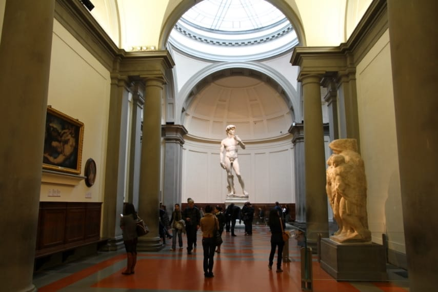 https://en.wikipedia.org/wiki/Galleria_dell%27Accademia#/media/File:David_by_Michelangelo_in_The_Gallery_of_the_Accademia_di_Belle_Arti.jpg