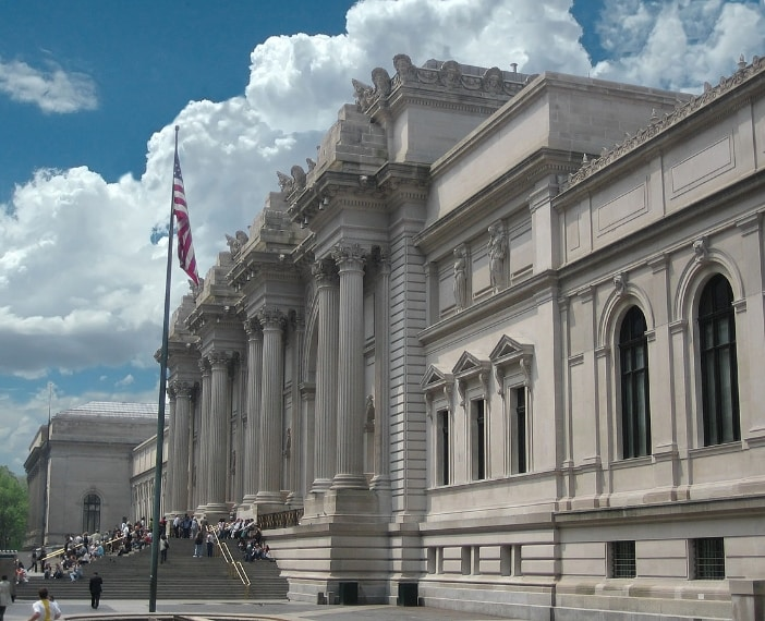 https://it.wikipedia.org/wiki/Metropolitan_Museum_of_Art#/media/File:Image-Metropolitan_Museum_of_Art_entrance_NYC_NY.JPG