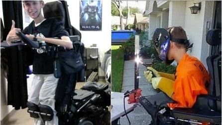Il modo in cui trasforma la sua sedia a rotelle vi impressionerà